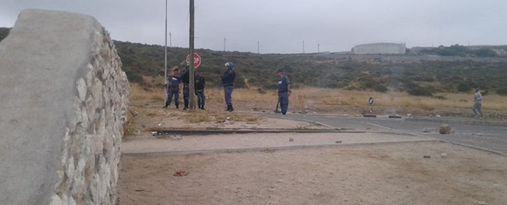 Police are on the scene. Officials say protesters are also burning tyres in the Middelpos area. Picture: Kevin Brandt/EWN