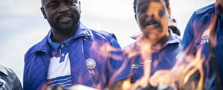 DA Gauteng premier candidate Solly Msimanga burns e-toll statements outside the Sanral offices in Centurion on 4 April 2019. Picture: Abigail Javier/EWN