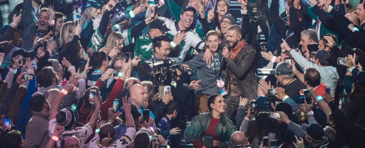 Justin Timberlake poses with fans during the 2018 Superbowl on 4 February 2018. Picture: Twitter/@jtimberlake