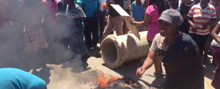Angry Diepsloot residents vent their frustrations over the murder of cousins Zandile and Yonelisa Mali on 15 October.Picture: Lesego Ngobeni/EWN