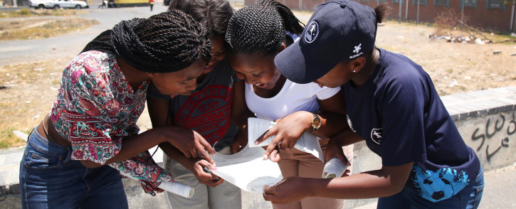 Matriculants look up their results. Picture: EWN