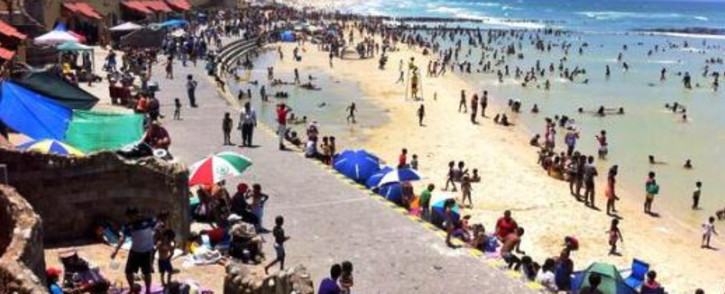 Hundreds of people at Strandfontein Beach. Picture: EWN.