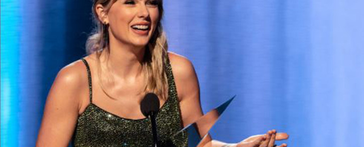 FILE: Taylor Swift accepting one of the six American Music Awards trophies she won on Sunday. Picture: Twitter/@AMAs