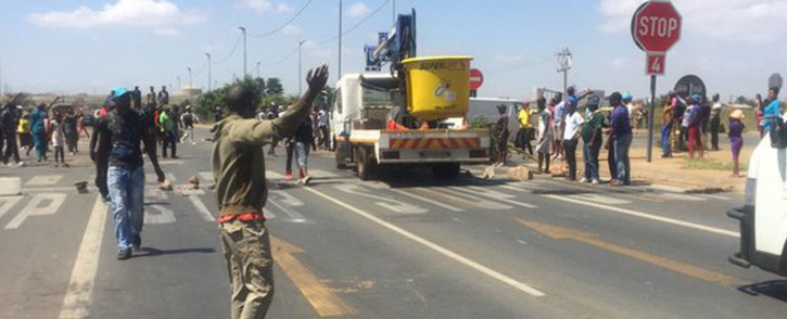 FILE: Demonstrators in Tshepisong took to the streets, barricading Impala Road with rubble and burning tyres. Picture: Masa Kekana/EWN