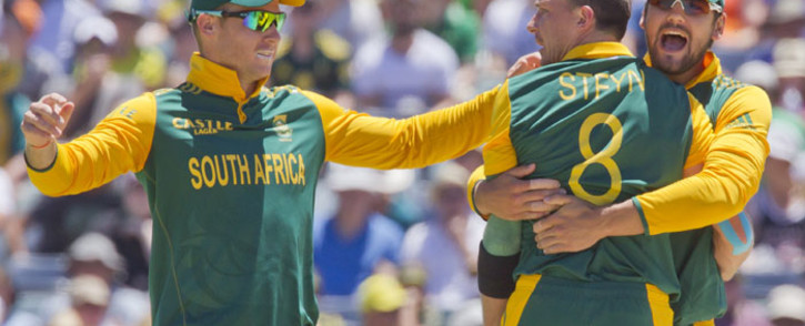 South African bowler Dale Steyn (C) celebrates with teammates after dismissing Australian batsman Adam Finch during the second one day international (ODI) cricket match of the series between Australia and South Africa in Perth on 16 November, 2014. Picture: AFP.