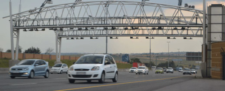Motorists drive under e toll gantry. Picture: EWN