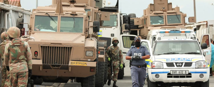 FILE: SAPS members and SANDF soldiers deploy in the Mitchells Plain area in Cape Town to enforce the Disaster Management Act and to ensure the adherence of the lockdown regulations on 20 April 2020. Picture: @SAPoliceService/Twitter
