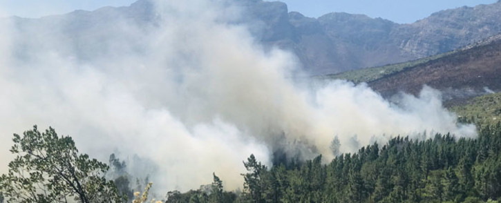 A fire in DuToitskloof Pass near Paarl in the Western Cape. Picture: @wo_fire/Twitter