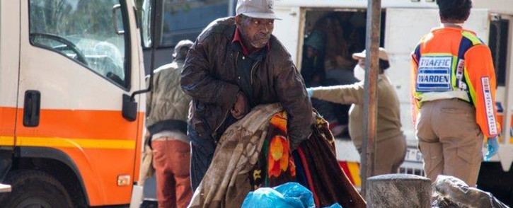 FILE: A homeless man from Doornfontein who is physically challenged struggles to lift some of his belongings which he will take to a shelter in Hillbrow. Picture: EWN