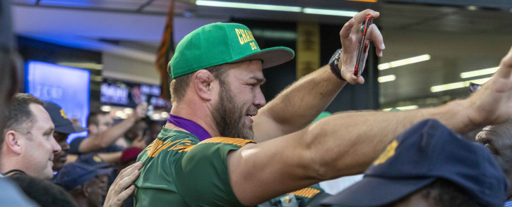 An emotional Duane Vermeulen high fives the crowd as they reach out to get the smallest touch of their rugby superstar.  Picture: Thomas Holder/Eyewitness News.