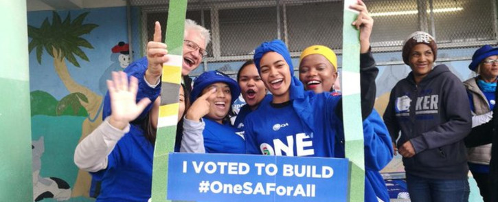 Democratic Alliance Western Cape premier candidate Alan Winde pictured with young voters on 8 May 2019. Picture: @Our_DA/Twitter
