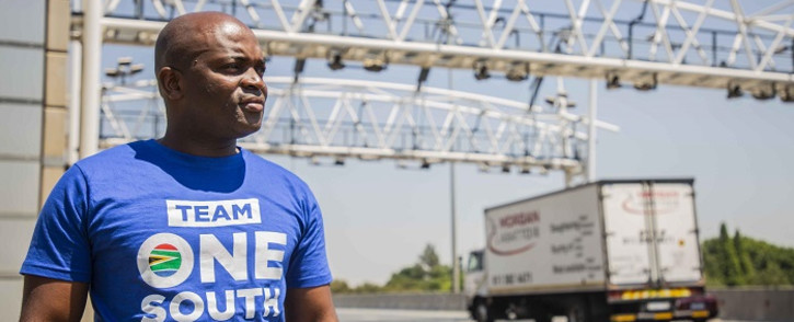 DA's Gauteng premier candidate Solly Msimanga at a toll gantry on the N12. Picture: Abigail Javier/EWN