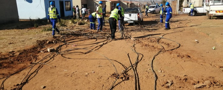 FILE: City Power officials on 3 June 2020 disconnected illegal electricity connections at Phumula Mqashi informal settlement in Vlakfontein. The officials were joined by JMPD and SAPS officers. Picture: @CityPowerJhb/Twitter.