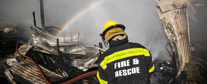 FILE: A fireman mans a hose during a fire in Cape Town. Picture: Thomas Holder/EWN.
