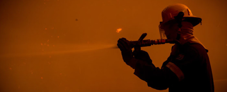 FILE: A Cape Town fire fighter battles a blaze. Picture: Thomas Holder/EWN