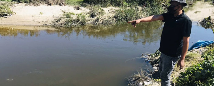The Mfuleni local ward councillor points to the spot where the victims of alleged mob justice were thrown in. Picture: Lauren Isaacs/Eyewitness News