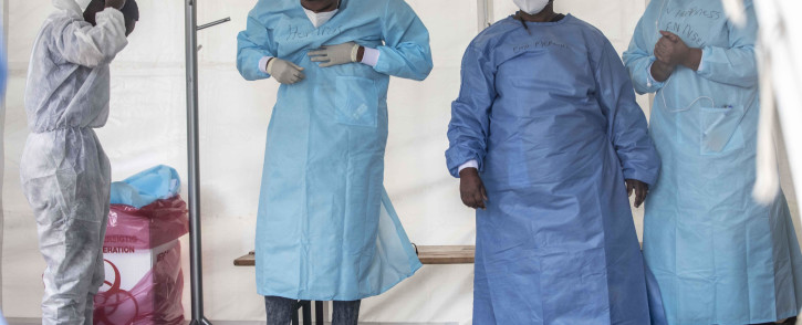 FILE: Healthcare workers removing their PPE. Picture: Abigail Javier/Eyewitness News