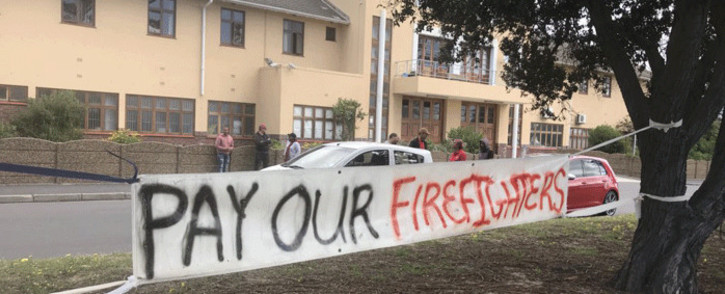 A small group of firefighters and supporters from across Cape Town, including Fish Hoek, Simon's Town and Hout Bay are picketing in front of Lakeside fire station. Picture: Monique Mortlock/EWN
