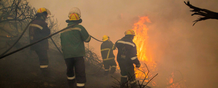 FILE: Firefighters battle blazes in Buffalo Bay in May 2017. Picture: Thomas Holder/EWN.