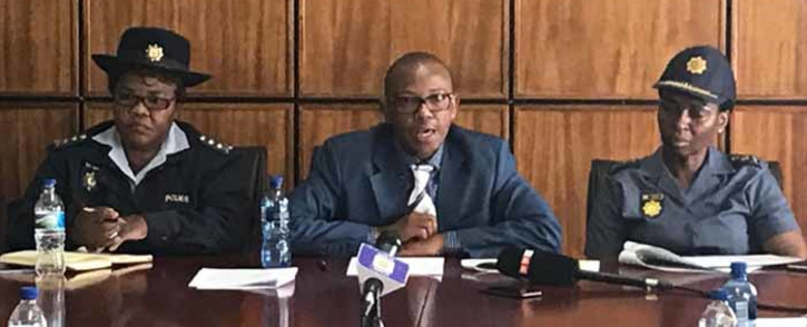Deputy Police Minister Bongani Mkongi, centre, addressing the media at the Hillbrow police station. Picture: Kgothatso Mogale/EWN.