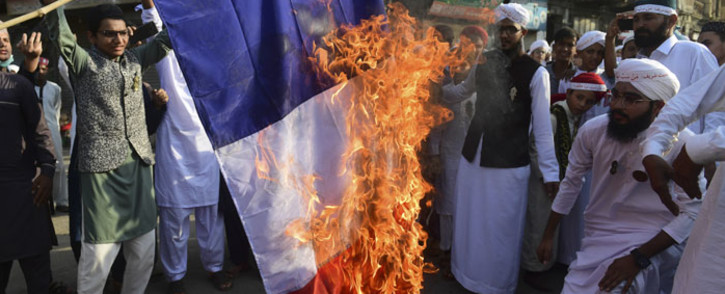 Pakistani Sunni Muslims burn a French flag during a protest in Karachi on 30 October 2020, following French President Emmanuel Macron's comments over the Prophet Muhammad caricatures. Picture: AFP