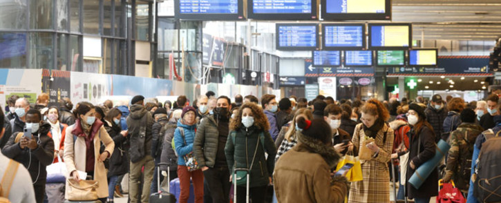FILE: Parisians wait to board their train leaving from the Gare Montparnasse serving the west and southwest of France, in Paris on 19 March 2021. Parisians packed inter-city trains leaving the capital hours ahead of a new lockdown in the French capital imposed to combat a surge in coronavirus infections. Picture: Ludovic Marin/AFP