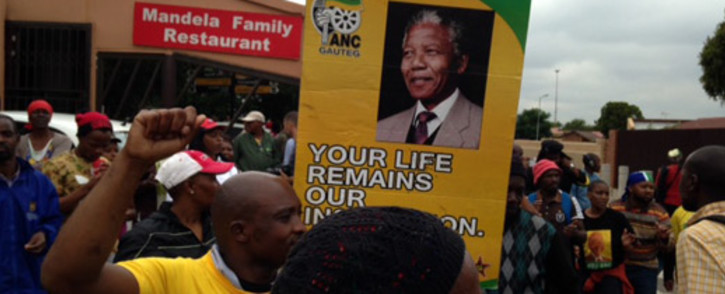 Thousands of people chant outside Nelson Mandela Soweto house in Vilakazi Street to pay tribute to him following his death on 6 December 2013. Picture: Vumani Mkhize/EWN