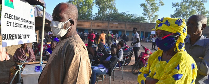 Voters queue to vote at a polling station in Ouagadougou on 22 November 2020 during Burkina Faso's presidential and legislative elections. Picture: AFP.