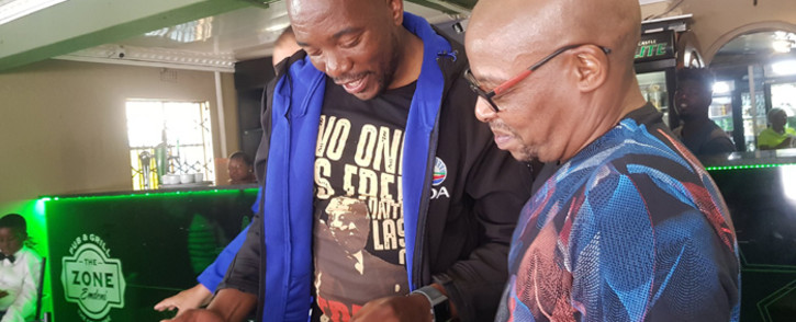 DA leader Mmusi Maimane pays tribute to Lucky Mazibuko for his contribution towards the fight against HIV and Aids. Picture: @Our_DA/Twitter.
