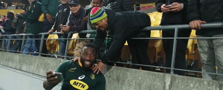 FILE: Springboks' Tendai 'Beast' Mtawarira celebrates with fans. Picture: @Springboks/Twitter.