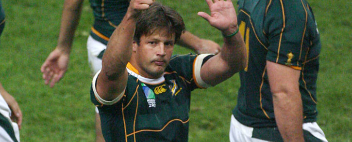Springbok flanker Bobby Skinstad waves as he celebrates with teammates after a win at the 2007 Rugby World Cup. Picture: AFP