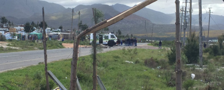 FILE: Police officers monitor protesters in Grabouw. Picture: Monique Mortlock/EWN.
