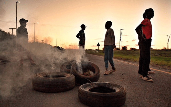 FILE: Running battles between protesters and police continue into the night in Mahikeng as demonstrators continue in their demands for the removal of Premier Supra Mahumapelo. Picture: Ihsaan Haffejee/EWN