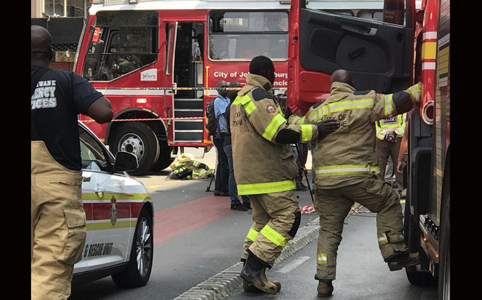 Fire trucks and firefighters from the City of Tshwane have arrived in the Johannesburg CBD to assist with fighting the blaze. Picture: Christa Eybers/EWN