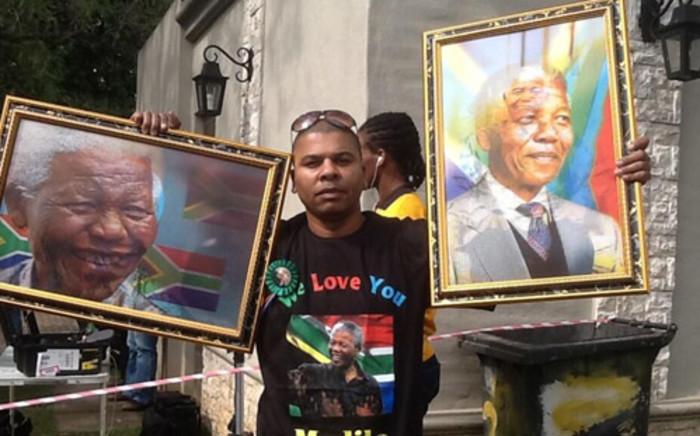 Artist outside Nelson Mandela's Houghton home. Picture: Gia Nicolaides/EWN.