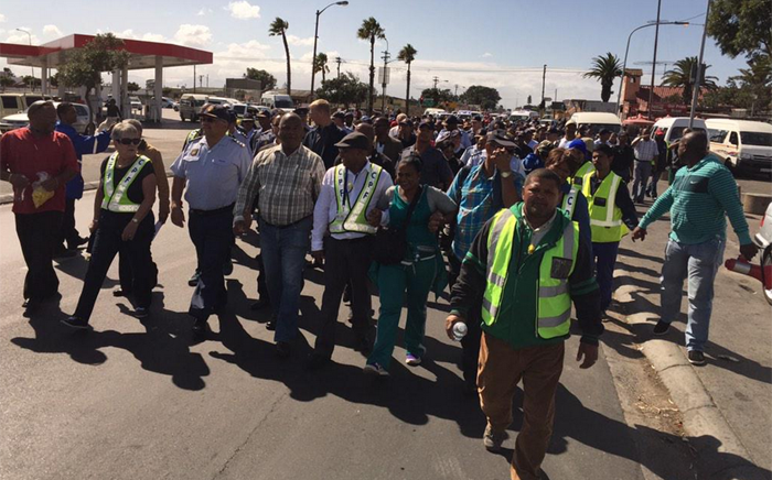 Demonstrators march from Gugulethu police station to Manenberg police station to protest against attacks on police. Picture: Monique Mortlock/EWN
