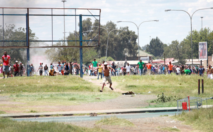Protesters in Zamdela township in Sasolburg on 22 January 2013 had a stand off against the police. Picture: Sebabatso Mosamo/EWN