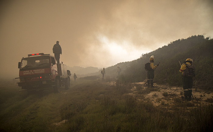 Firefighters battle fires that raged in Hawston in the Elgin Valley. Picture: Thomas Holder/EWN.