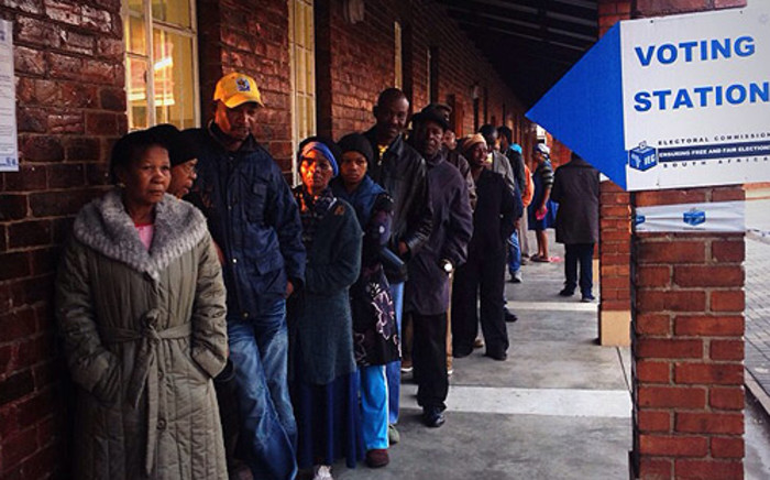 Scores of people queue up to cast their votes at the Orlando West High in Soweto on 7 May 2014. Picture: Marisa Oosthuizen/EWN.