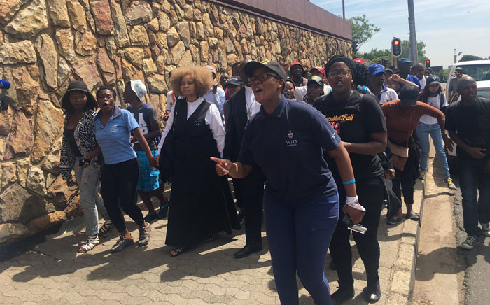 Protesting Wits University students at Hillbrow Magistrate Court to support their peers who were arrested Monday and yesterday. Picture: Clement Manyathela/EWN.