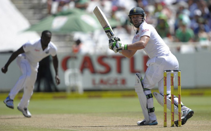 South African batsman AB de Villiers (R) plays a shot during the 3rd day of the third test match between South Africa and the West Indies at Newlands cricket stadium in Cape Town on 4 January, 2015. Picture: AFP