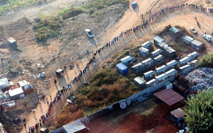 Voters queue in Zandspruit for the 2014 general elections, 7 May 2014. Picture: Christa Eybers/EWN.