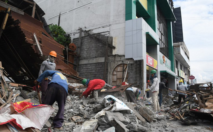 Workers remove debris from a collapsed house after a 6.8-magnitude earthquake hit General Santos City, in southern island of Mindanao on 29 April, 2017. Picture: AFP.