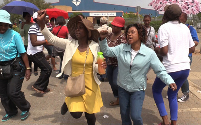 FILE: Striking Post Office workers protest outside the Tshwane Mail Centre in Pretoria, they are demanding an 8% wage increase. Picture: Vumani Mkhize/EWN.