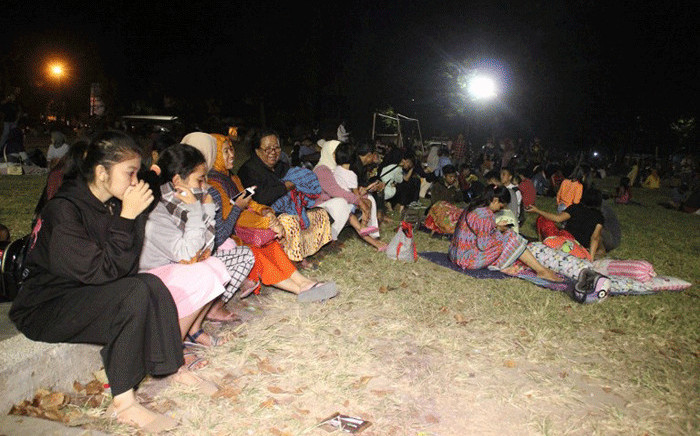 Residents spend the night outdoors in Lombok's main city of Mataram on 6 August, 2018, after a powerful earthquake struck the island. Picture: AFP.