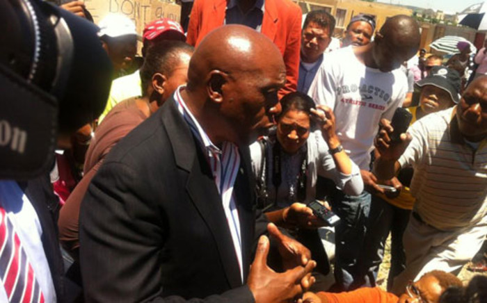 Human Settlements Minister Tokyo Sexwale speaks to residents of Lenasia ext 3 & 14, whose homes were demolished. Picture: Theo Nkonki/EWN.