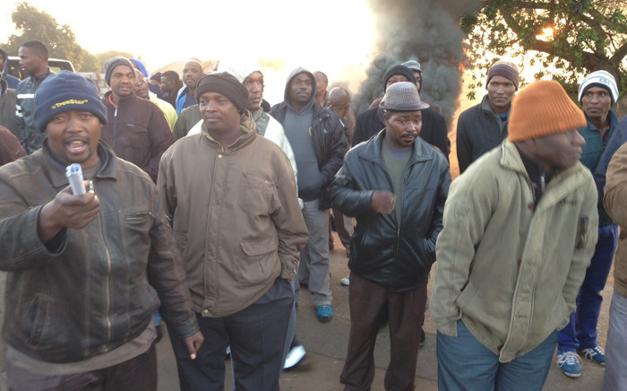 FILE: Commuters are stranded in Mamelodi as taxi drivers won't allow Autopax buses to operate in the area on 1 July 2015. Picture: Vumani Mkhize/EWN.