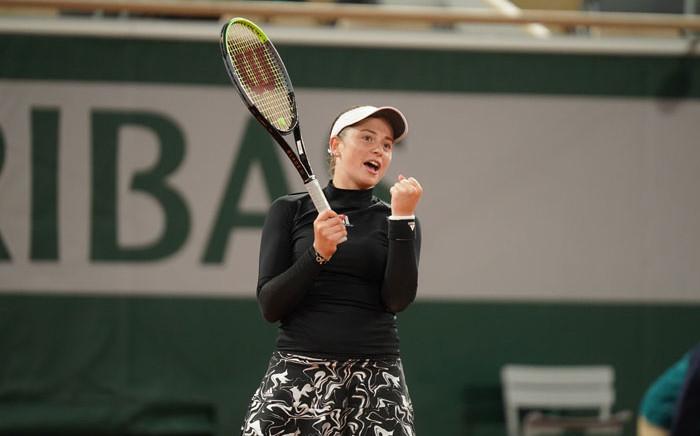Jelena Ostapenko celebrates her French Open win over Karolina Pliskova on 1 October 2020. Picture: @rolandgarros/Twitter