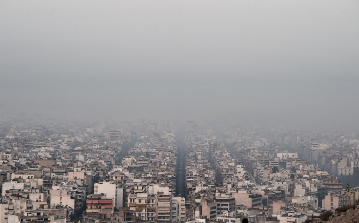 This photograph taken on 4 August 2021 shows smoke covering Athens centre, due to fires burning at the foot of Mount Parnes, 30 kilometres north of Athens. Picture: AFP