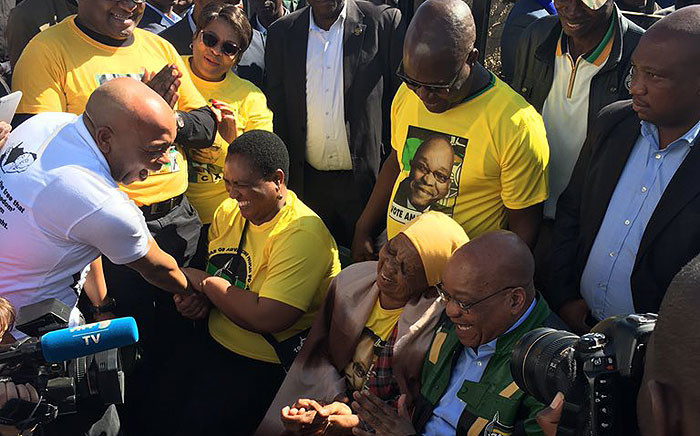 President Jacob Zuma sits with residents during a campaign in Tshwane on 5 July 2016. Picture: Clement Manyathela/EWN.